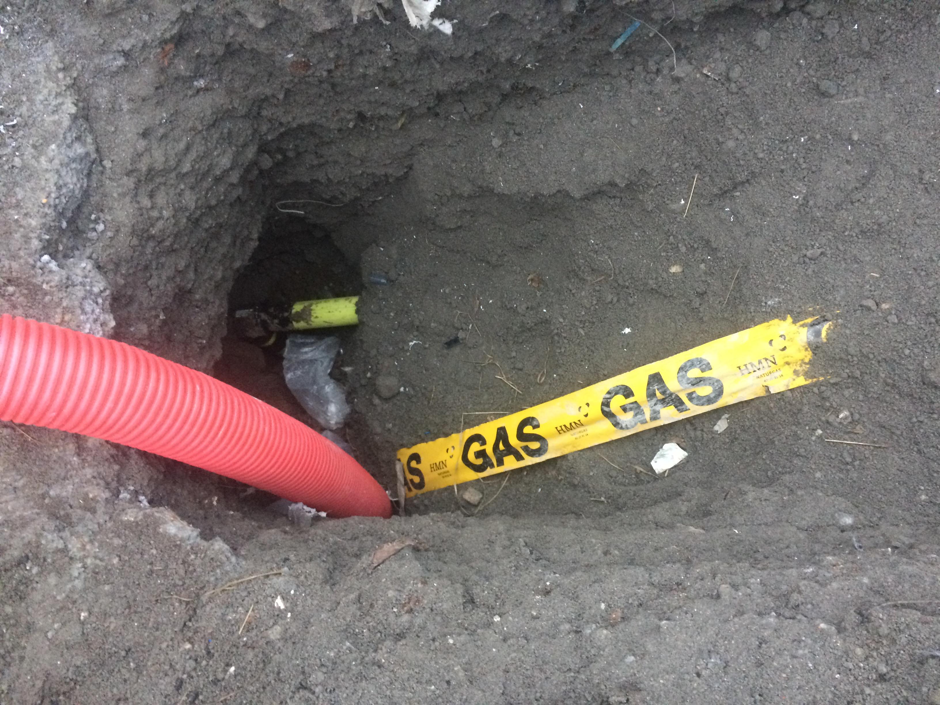 Gasrør i jorden med Gas mærkebånd