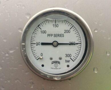 Manometer som viser CNG-tryk på 250 bar